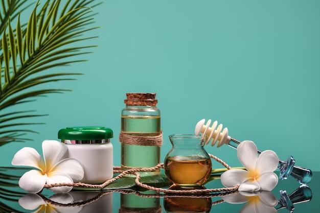 Biologische cosmetica: natuurlijke cosmetica, honing en olie. detailopname. kopieer ruimte