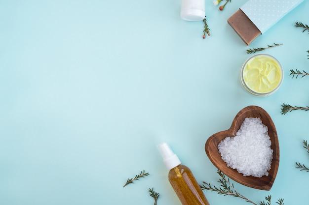 Biologische cosmetische producten op pastel muur. plat leggen, ruimte kopiëren