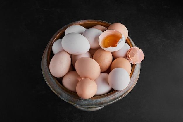 Biologische eieren en eierschalen in een metalen kom.