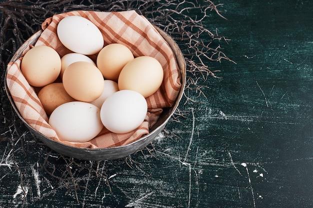 Biologische eieren in een geruit tafelkleed.