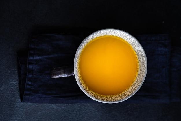Biologische energiedrank maanmelk met ingrediënten op een stenen tafel