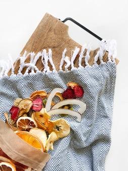 Biologische fruitchips over wit met kopie ruimte gezonde veganistisch vegetarische fruitsnack of ingrediënt voor bakken