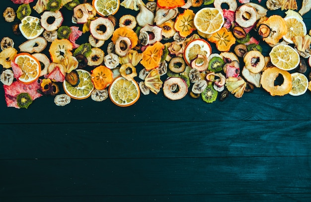 Biologische gezonde geassorteerde gedroogde vruchtenmix close-up gedroogd fruit snacks gedroogde appels mango feijoa gedroogde abrikozen pruimen bovenaanzicht