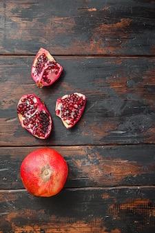 Biologische granaatappel over oude donkere houten tafel