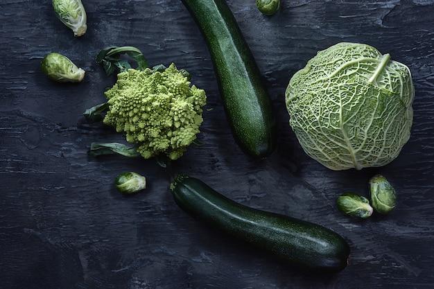 Biologische groenten op houten tafel. bovenaanzicht