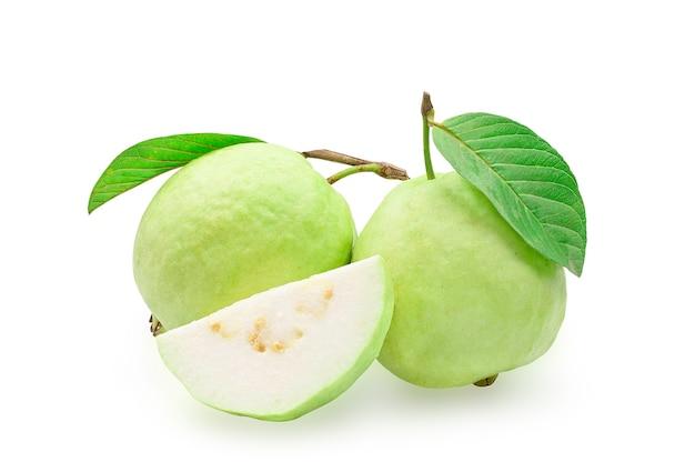 Biologische guavefruit met groen blad.