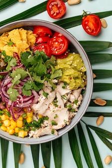 Biologische hawaiian chicken poké bowl met rijst en groenten