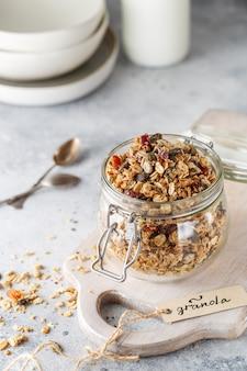 Biologische huisgemaakte granola-granen met haver, noten en gedroogde bessen