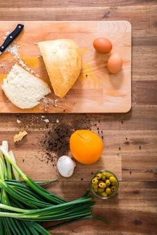 Biologische ingrediënten op een houten tafel in de keuken.