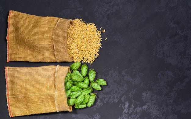 Biologische ingrediënten voor het maken van bier, tarwe en hop op een zwarte achtergrond.