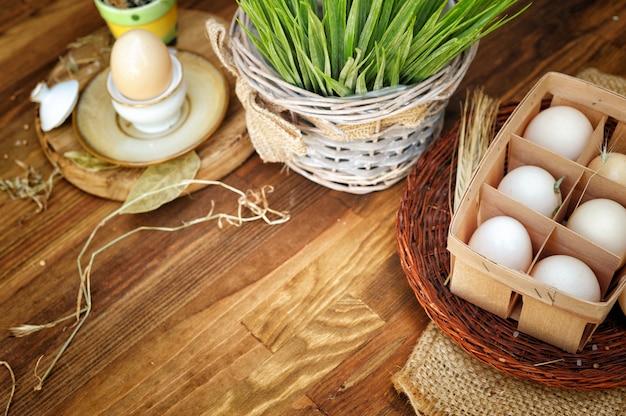Biologische kippeneieren in ei vak tegen oude stijl houten tafel
