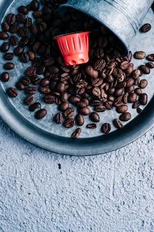 Biologische koffie capsule met koffiebonen op kleurrijke achtergrond. kleurcontrast. kopieer ruimte