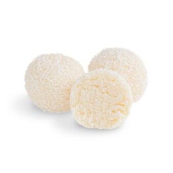 Biologische kokosnoot vegetarische truffels met vulling van geraspte kokosnoot geïsoleerd op een witte achtergrond