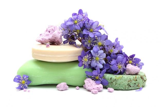 Biologische kruidenzeep, stukjes schuimbad, droogshampoo en violette bloemen