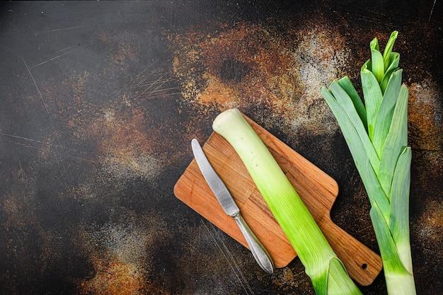 Biologische preistengels met kruideningrediënten voor het koken van gestoofde prei