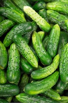 Biologische producten, gezonde voeding, oogsten voor toekomstig gebruik, groenten inleggen, komkommers inleggen