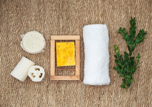 Biologische pure handgemaakte zeep met verschillende natuurlijke toevoegingen. natuurlijke biologische spa-cosmetica voor lichaams- en gezichtsverzorging.