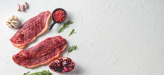 Biologische rauwe picanha-biefstuk op een witte tafel