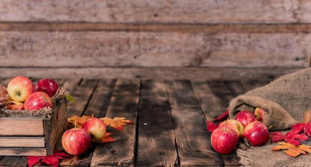 Biologische rijpe rode appels in houten kist. herfstoogst hoorn des overvloeds in het herfstseizoen.