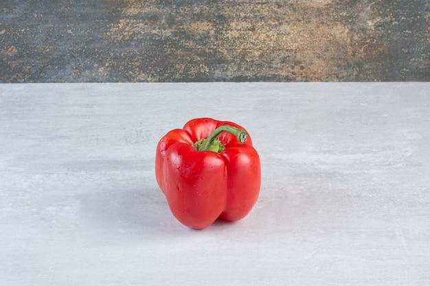Biologische rode peper op marmeren achtergrond. hoge kwaliteit foto