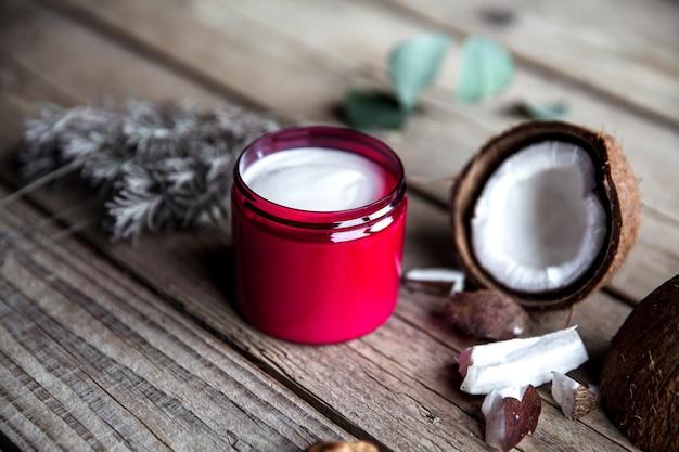 Biologische room op houten tafel. conditioner, shampoo voor haarverzorging. natuurlijke cosmetica.