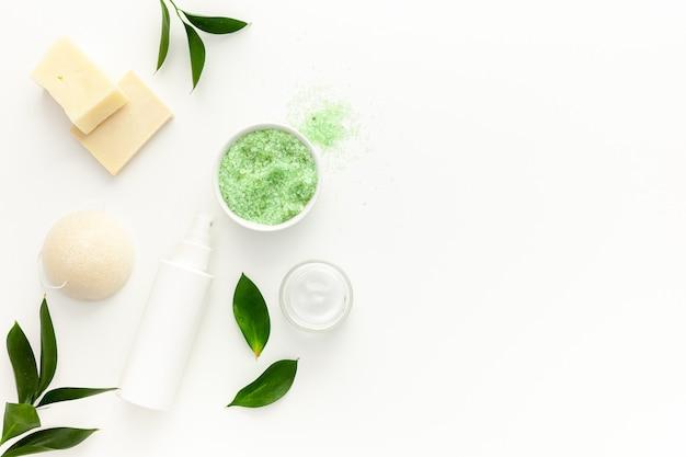 Biologische spa-cosmetica met theeboomolie en zeezout
