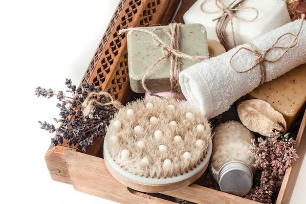 Biologische spa-producten in een houten kist