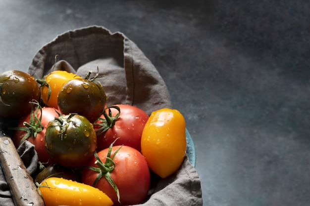 Biologische tomaten groente in een zak plat gelegd