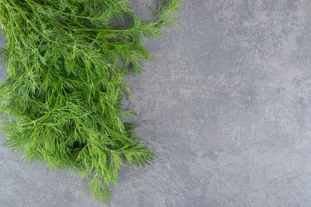 Biologische verse dille op marmeren achtergrondgeluid. hoge kwaliteit foto