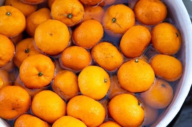 Biologische verse mandarijn sinaasappelen gewassen en klaargemaakt voor feest