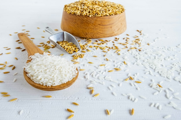 Biologische witte rijst en padie op een houten tafel