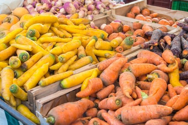Biologische worteltjes op de boerenmarkt in het weekend in parijs.