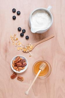 Biologische yoghurt met honing en bosbessen