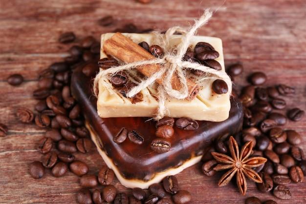 Biologische zeep met koffiebonen en kruiden op houten