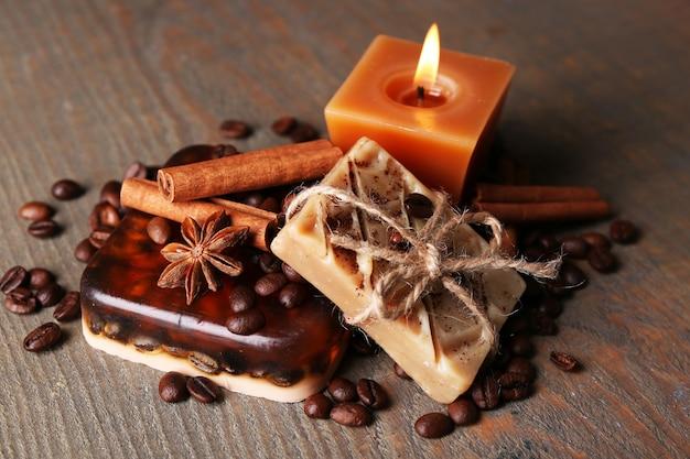 Biologische zeep met koffiebonen en kruiden, op houten.