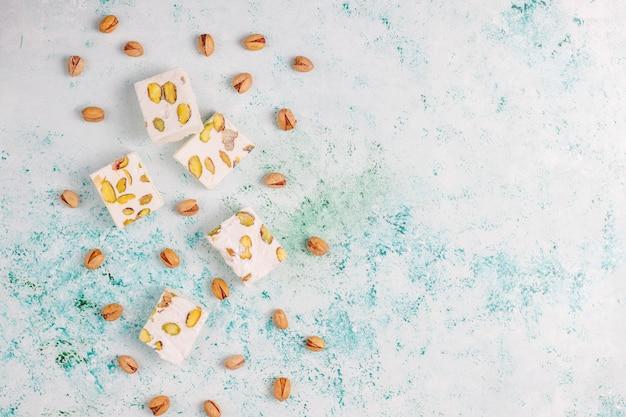 Biologische zelfgemaakte nougat gemaakt met honing, pistache, bovenaanzicht