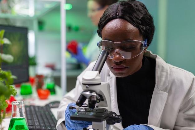 Bioloog-onderzoeker onderzoekt biologische bladdia voor medische expertise