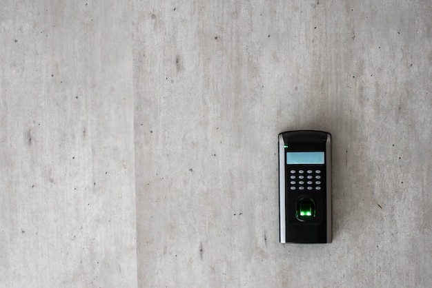Biometrische scan van een vinger om toegang te krijgen tot een kamer. copyspace