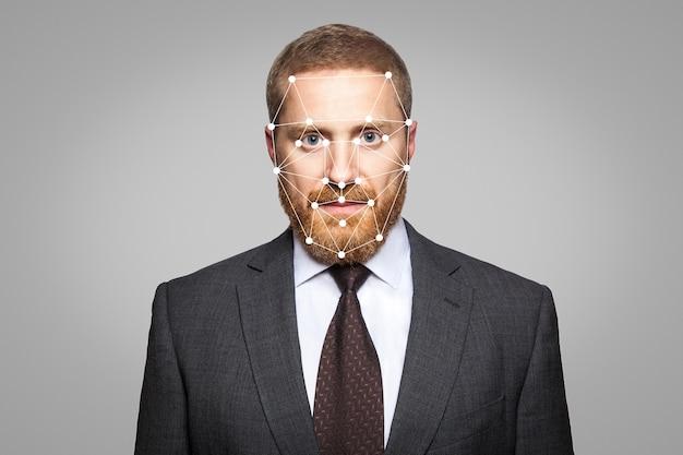 Biometrische verificatie - gezichtsherkenning van de zakenman. technologie van gezichtsherkenning op een veelhoekig raster is geconstrueerd door de punten van it-beveiliging en -bescherming.