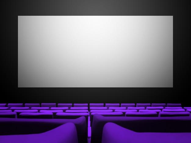 Bioscoop bioscoop met paarse fluwelen stoelen en een leeg wit scherm. ruimte achtergrond kopiëren