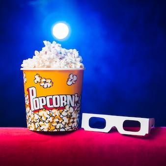 Bioscoop met popcorndoos en 3d glazen