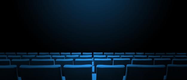 Bioscoopbioscoop met blauwe stoelenrijen en een zwart exemplaarruimteoppervlak