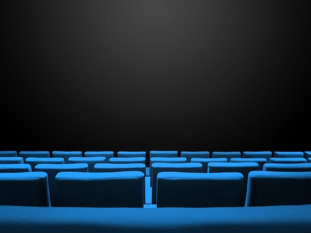 Bioscoopbioscoop met blauwe stoelenrijen en een zwarte exemplaarruimteachtergrond