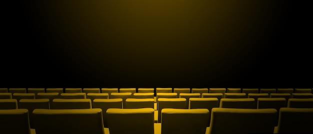 Bioscoopbioscoop met gele stoelenrijen en een zwart exemplaarruimteoppervlak