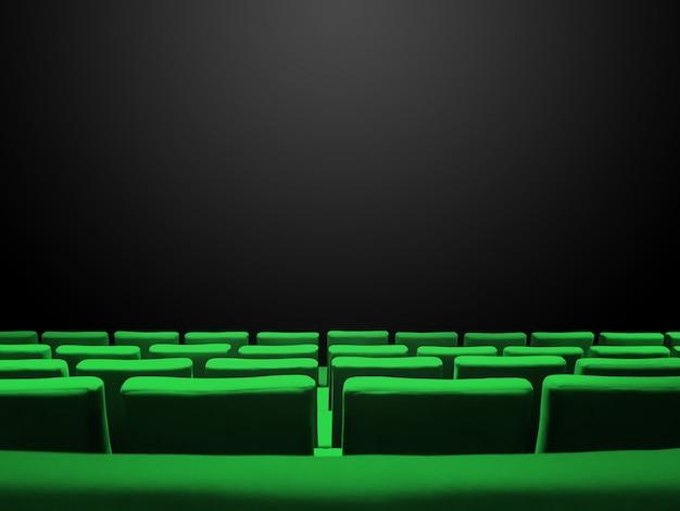 Bioscoopbioscoop met groene stoelenrijen en een zwart exemplaarruimteoppervlak