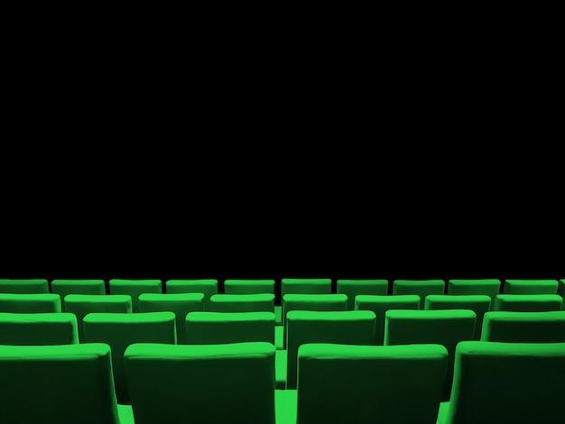 Bioscoopbioscoop met groene stoelenrijen en een zwarte exemplaarruimteachtergrond
