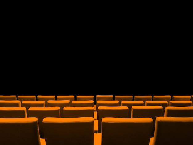 Bioscoopbioscoop met oranje stoelenrijen en een zwarte exemplaarruimteachtergrond