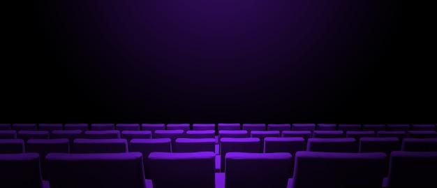 Bioscoopbioscoop met paarse stoelenrijen en een zwart exemplaarruimteoppervlak