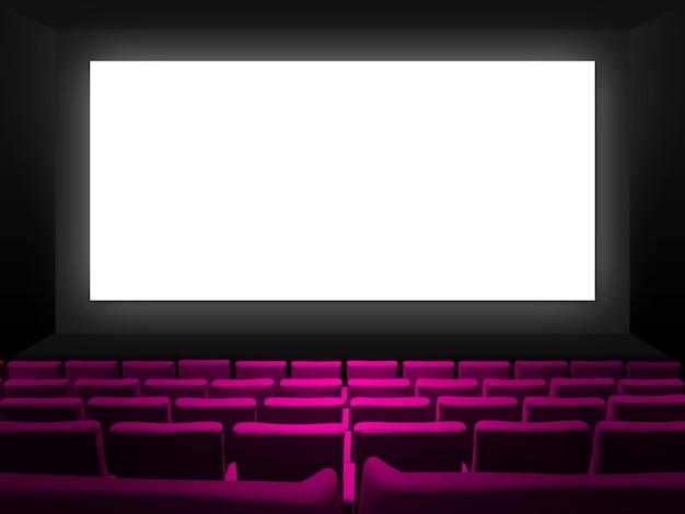Bioscoopbioscoop met roze fluwelen stoelen en een leeg wit scherm. kopieer ruimte achtergrond