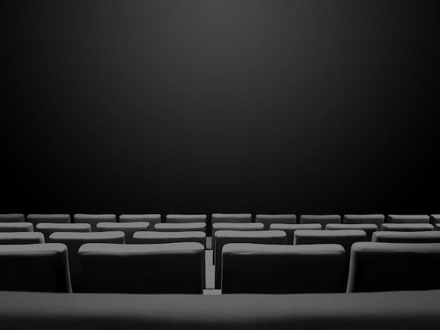 Bioscoopfilm met stoelenrijen en een zwarte exemplaarruimteachtergrond
